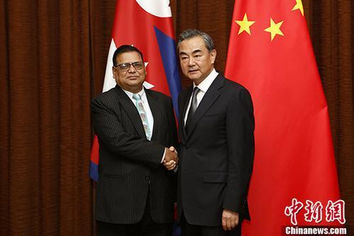 9月7日,中国外交部长王毅(右)在北京同尼泊尔副总理兼外长马哈拉举行会谈。 中新社记者 李慧思 摄