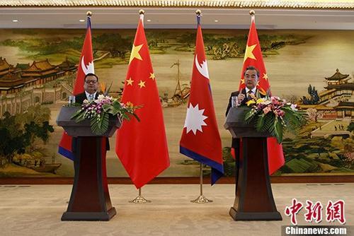 9月7日,中国外交部长王毅(右)在北京同尼泊尔副总理兼外长马哈拉会谈后共见记者。 中新社记者 李慧思 摄
