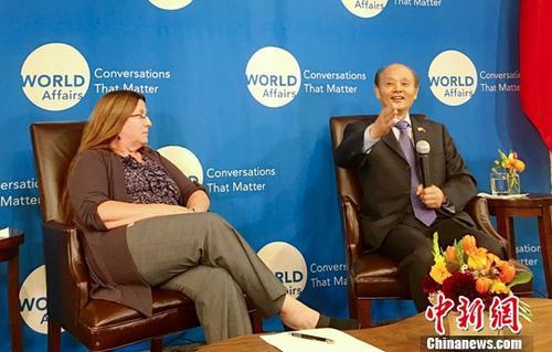 当地时间9月6日,应美国北加州世界事务理事会(World Affairs Council)邀请,中国驻旧金山总领事罗林泉(右)出席外交官午餐会,并就中美关系等多项议题发表演讲。世界事务理事会高级副主席卡拉?索尔森主持了当天的活动。中新社记者 刘丹 摄