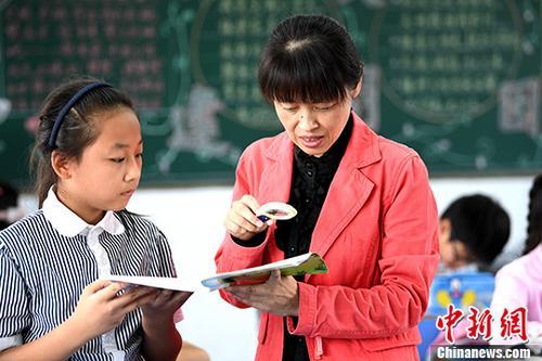 9月6日,刘伟俐在给学生讲解数学题。 中新社记者 韩苏原 摄