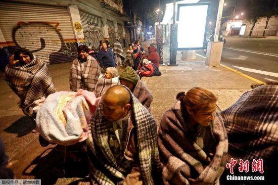 北京时间8日12时49分左右,墨西哥南部海域发生强震。墨西哥首都震感强烈,民众裹毛毯在街头过夜。