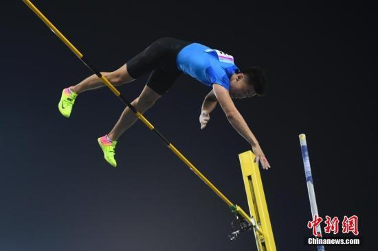 9月7日,天津奥林匹克中心体育场,在全运会男子撑竿跳高决赛中,山东名将薛长锐夺冠。 中新社记者 武俊杰 摄