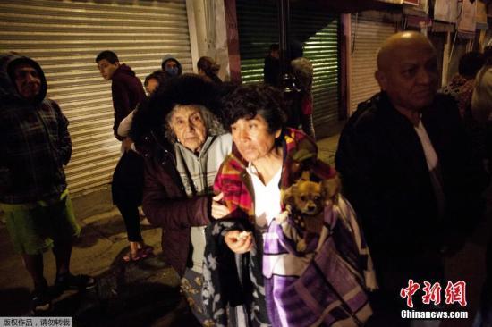 北京时间8日12时49分左右,墨西哥南部海域发生强震,美国地质勘探局将震级上调为8.1级。墨西哥首都震感强烈,市民抱着宠物街头避险。