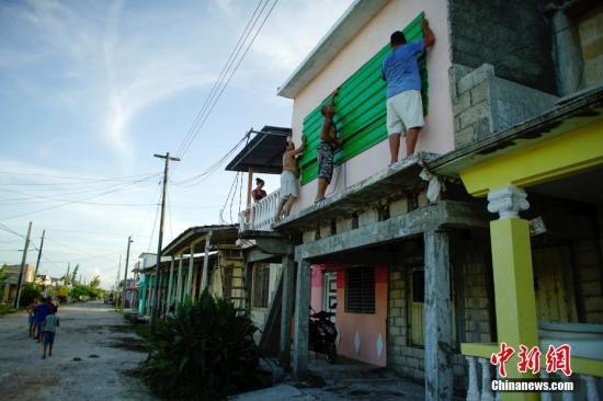 当地时间2017年9月7日,古巴凯巴连,民众收拾家当转移至安全地带。