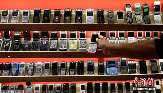 资料图:斯洛伐克一博物馆展出老式手机,满满怀旧风
