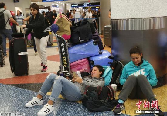 因飓风来袭,大量乘客在美国佛州机场滞留,图为部分乘客。