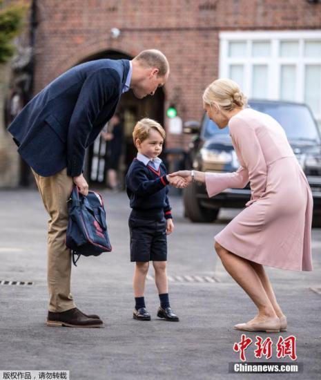 当地时间2017年9月7日,英国伦敦,英国乔治小王子(Prince George)在父亲威廉王子(Prince William)的陪同下迎接开学第一天。
