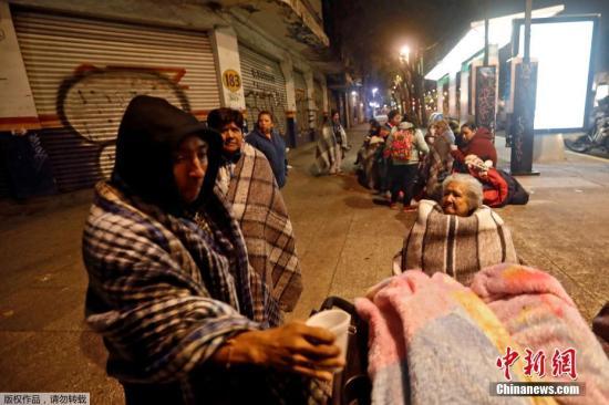 北京时间8日12时49分左右,墨西哥南部海域发生强震,美国地质勘探局将震级上调为8.1级。墨西哥首都震感强烈,民众裹毛毯在街头过夜。