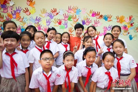 资料图:山西一小学庆祝教师节。 张云 摄