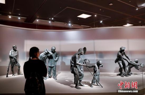 """9月8日,市民在北京中国美术馆参观由中国美术馆主办的""""首届全国雕塑艺术大展""""。展览以中国百年以来316位雕塑艺术家的精品力作590件,全面呈现中国百年雕塑的发展脉络与重要成就。这也是中国迄今以来规模最大、内容全面的雕塑展。展览以20世纪以来的中国雕塑艺术为切入点,对中国美术馆馆藏及当代创作雕塑作品进行梳理、研究。 中新社记者 杜洋 摄"""