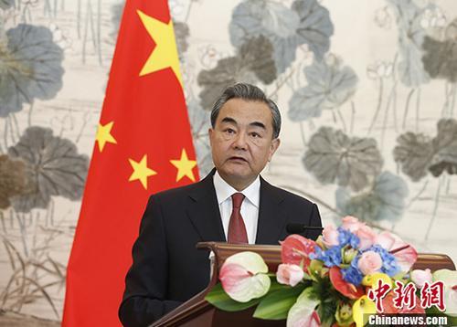 9月8日,中国外交部长王毅在北京与来华访问的巴基斯坦外长阿西夫会谈后共同会见记者。在回答有关巴阿关系的问题时,王毅表示,经过三方沟通,中巴阿合作已有初步进展,年内将举行首次中巴阿三方外长对话。 中新社记者 刘关关 摄