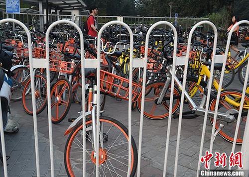 9月8日,北京望京南地铁站出口附近人行道上停放的共享自行车。9月7日,北京市交通委经研究决定并下发通知,暂停在北京市新增投放共享自行车。目前,北京市已有15家共享自行车企业,投放运营车辆达235万辆。 <a target='_blank' href='http://www.chinanews.com/'>中新社</a>记者 侯宇 摄