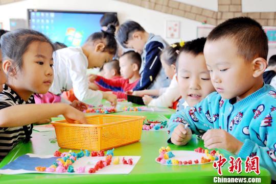 9月8日,第33个西席节降临之际,苦肃张掖平易近乐县第一幼女园买办的小伴侣教师建造爱心卡片,用本身的亲脚休息教师们收来节日的祝愿。 张渊 摄