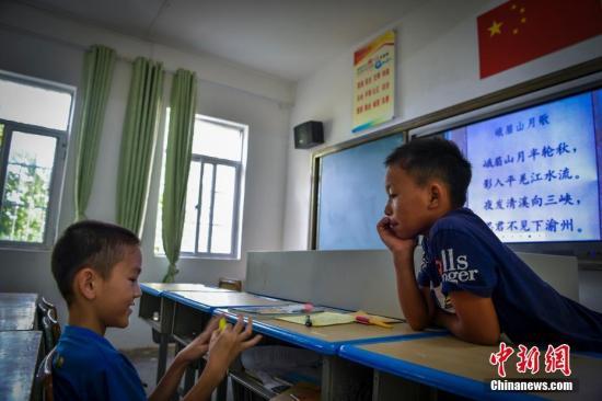 海口市龙头小学二年级苏晓虎在课间来到二楼的四年级付豪的班级里一起玩耍。骆云飞 摄