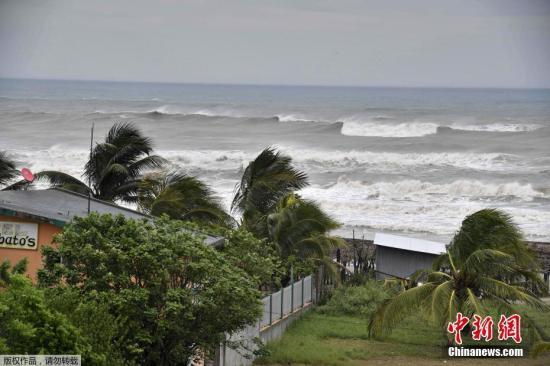 """当地时间9月8日,飓风""""凯蒂娅""""逼近墨西哥特科卢特拉,民众做好安全准备。"""