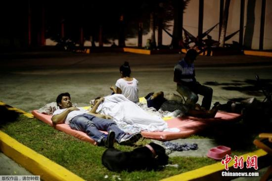 当地时间9月7日,墨西哥发生8.1级强震目前已造成数十人遇难。遇难者中包括孩童和婴儿。目前,地震救援仍在紧张进行当中。图为9月7日当晚余震不断,墨西哥民众在街头休息躲避危险。