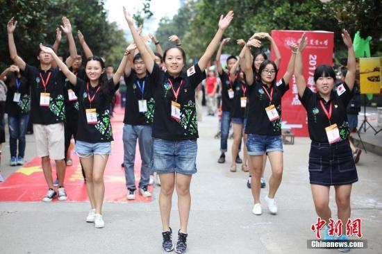 资料图:南京一大学校园欢迎新生入学。中新社记者 泱波 摄