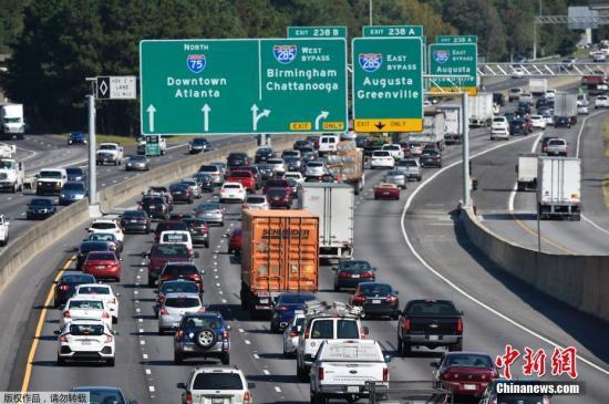 """美国佛罗里达州,大量民众正加速撤离潜在受灾地区。然而,大规模撤离引发的严重交通拥堵、燃油供应不足、航空运力有限等问题成为当地民众撤离之路上的""""拦路石""""。"""
