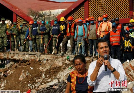 当地时间9月8日,墨西哥总统恩里克?培尼亚?涅托视察发生强列地震的墨西哥南部沿海地区。当地时间9月7日,墨西哥发生里氏8.1级地震已造成数十人遇难。