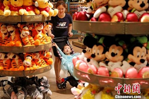 资料图:9月8日,2017年上海购物节启动。当晚,民众在迪士尼商店购物。新时社记者 殷立勤 摄