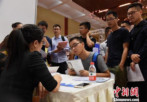 资料图 求职者竞争优质岗位。<a target='_blank' href='http://www.chinanews.com/'>中新社</a>记者 周毅 摄