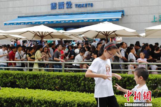 资料图:上海海洋水族馆门前游客正在排队。殷立勤 摄