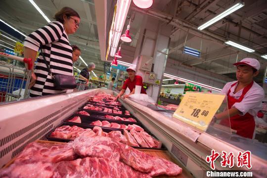 山西太原,民众在超市购买猪肉。 张云 摄