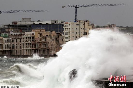 """当地时间9月9日,飓风""""艾尔玛""""登陆古巴,带来狂风暴雨和巨浪。"""