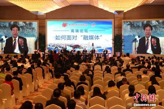 """9月10日,中国新闻社社长章新新在高端论坛上发言。当日,在福州举行的第九届世界华文传媒论坛举行""""如何面对'融媒体'""""高端论坛。 中新社记者 张斌 摄"""