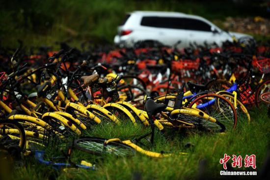 9月9日,现场堆积如山的共享单车。<a target='_blank' href='http://www.chinanews.com/' _fcksavedurl='http://www.chinanews.com/'>中新社</a>记者 李进红 摄