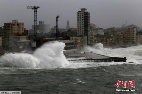 """资料图:当地时间9月9日,飓风""""艾尔玛""""登陆古巴,带来狂风暴雨和巨浪。"""