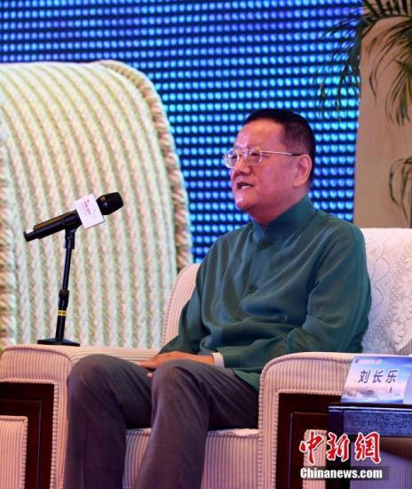 """9月10日,凤凰卫视控股有限公司董事局主席兼行政总裁刘长乐在高端论坛上发言。当日,在福州举行的第九届世界华文传媒论坛举行""""如何面对'融媒体\\'""""高端论坛。记者 张斌 摄"""