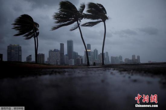 """当地时间9月10日,飓风""""艾尔玛""""前锋抵达美国佛罗里达州沿海地区。"""