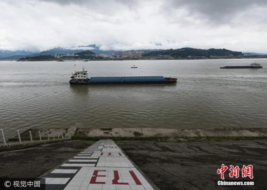图为9月10日,船舶行驶在三峡大坝上游太平溪水文标尺前。 林森 摄 图片来源:视觉中国