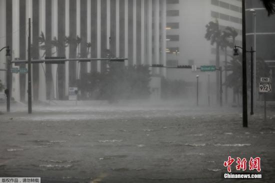 """资料图:飓风""""艾尔玛""""抵达美国佛罗里达州沿海地区。根据美国国家飓风中心公布的最新消息,""""艾尔玛""""再度升级为4级飓风。佛州州长里克?斯科特说,佛州共有630万人收到撤离令,其中70万人收到强制撤离令。这一人数占该州总人口四分之一,已成为美国史上最大规模的应急撤离。斯科特说,""""艾尔玛""""将带来龙卷风、暴雨和风暴洪潮,降雨量预计达到38厘米,西南沿海的海浪最高可达4.5米。图为迈阿密被洪水淹没的市区。"""