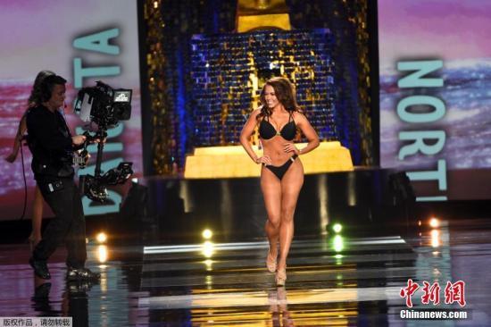 """当地时间9月10日,2018美国小姐选拔决赛在亚特兰大大西洋城举行,来自北达科他州的卡拉·芒德(Cara Mund)获得冠军。获知夺冠后,卡拉格外激动,大秀""""表情包""""。"""