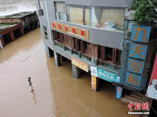 9月10日,四川省达州市渠县三汇镇街道进水,房屋被淹。中新社发 川友 摄