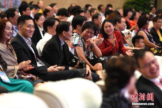 图为赵启正风趣的演讲令现场听众掌声、笑声阵阵响起。 <a target='_blank' href='http://www.chinanews.com/'>中新社</a>记者 王东明 摄