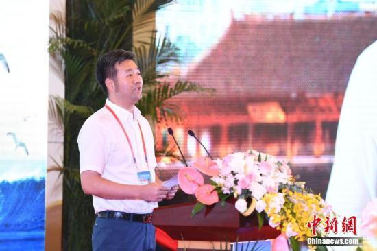 9月11日,第九届世界华文传媒论坛继续在福州举行,多位与会代表在大会上发言,分享自己的经历与见解。图为阿根廷《华人头条》创始人黄琪旺发言。<a target='_blank' href='http://www.chinanews.com/'>中新社</a>记者 崔楠 摄
