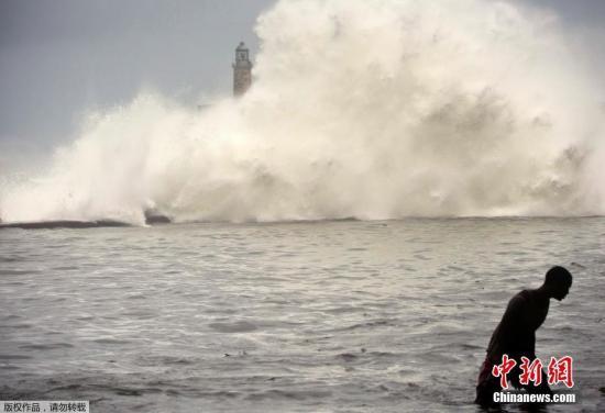 """当地时间2017年9月10日,古巴哈瓦那,飓风""""艾尔玛""""在古巴哈瓦那掀起巨浪。"""