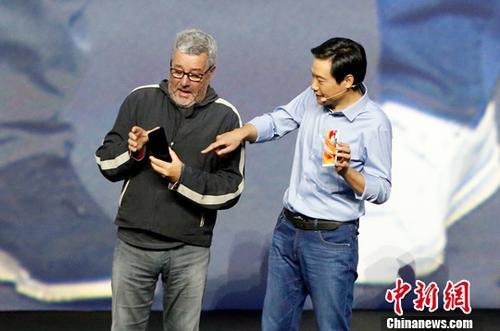 9月11日,小米在北京举办新品发布会,正式发布小米MIX2,售价3299元起。据悉,小米MIX2延续了上一代的全面屏设计,同时调整屏幕尺寸为5.99英寸,比例调整为18:9,缩减了机身下巴尺寸。图为小米公司CEO雷军(右)与小米MIX工业设计师菲利普・斯塔克手持小米MIX2。记者 李慧思 摄