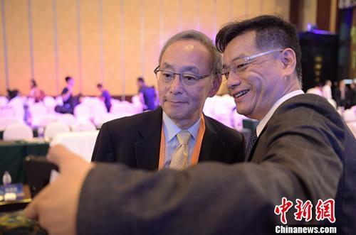资料图:诺贝尔物理学奖获得者、斯坦福大学物理学教授朱棣文(左)。中新社记者 刘忠俊 摄