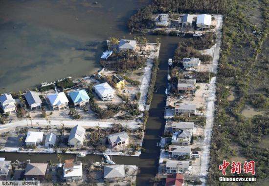 """资料图:当地时间9月11日,航拍飓风""""艾尔玛""""袭击后的美国佛州南部佛罗里达群岛景象。"""