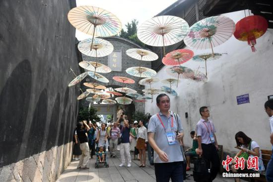 9月12日,出席第九届世界华文传媒论坛的嘉宾参访福州三坊七巷。<a target='_blank' href='http://www.chinanews.com/'>中新社</a>记者 吕明 摄