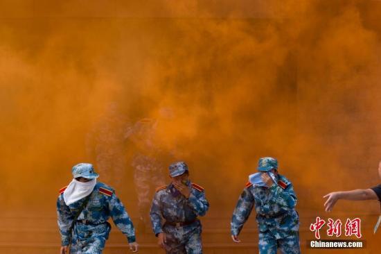 """资料图:南京一大学模拟火灾现场 学生上演""""高层逃生""""记者 泱波 摄"""