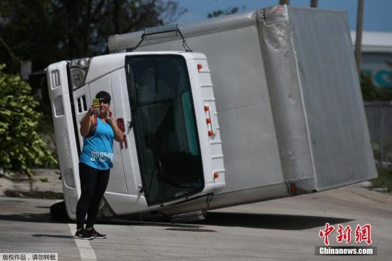 佛罗里达州迈阿密,一名妇女在一辆卡车前自拍。