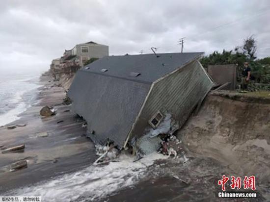 """当地时间9月11日,飓风""""艾尔玛""""经过后,美国佛州一处海边的房屋被吹倒,直至海边。"""