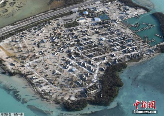 """当地时间9月11日,航拍飓风""""艾尔玛""""袭击后的美国佛州南部佛罗里达群岛景象。"""