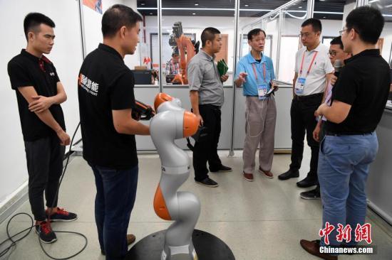 9月12日,嘉宾在福州高新区机器人编程企业参观。当日,出席第九届世界华文传媒论坛的嘉宾来到福州高新技术产业开发区,了解有关企业的发展情况。<a target='_blank' href='http://www.chinanews.com/'>中新社</a>记者 张斌 摄