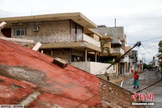 据墨西哥当地媒体报道,受灾最严重的南部瓦哈卡州和震中所在的恰帕斯州有约200多万人受到地震灾害影响。瓦哈卡州州长穆拉特表示,该州因地震遇难的人数已达到71人,其中胡奇坦市已有至少60人身亡。图为胡奇坦市街头,民众从倒塌的房屋废墟前走过。